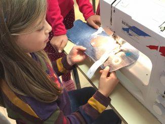 Enfant qui utilise une machine à coudre