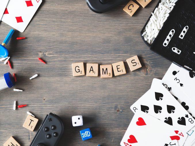 Des pions et des cartes de pleins de jeux différents