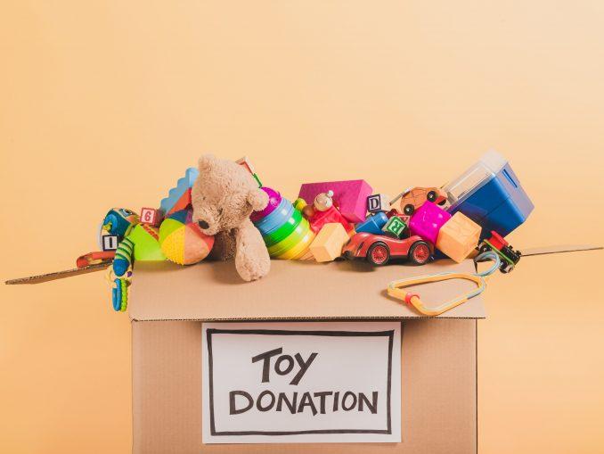 Don de jouets dans un carton